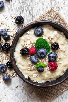 Haferflocken sind nur eine Zutat für unsere gesunden und leckeren Porridge Rezepte. Sieh dir hier die Haferbrei Rezepte für ein gesundes Frühstück zum Abnehmen an. Subway Sandwich, Breakfast Porridge, Baking Recipes, Healthy Recipes, Chia Pudding, Weight Watchers Meals, Brown Rice, Food Porn, Hardboiled