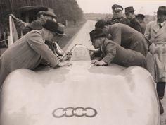Bernd Rosemeyer (*1909, †1938) zählte zu den bekanntesten und erfolgreichsten deutschen Rennfahrern. In den 1930er-Jahren stellte er als Grand-Prix-Rennfahrer der Auto Union mehrere Geschwindigkeitsrekorde auf und gewann zahlreiche Rennen. Am 28. Januar 1938 verunglückte Rosemeyer beim Versuch einen erneuten Weltrekord aufzustellen.