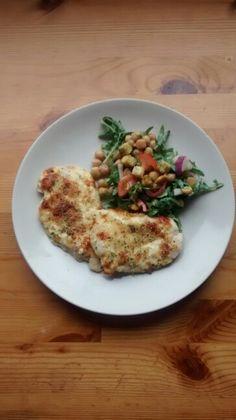 Parmesan-kanaa ja kikhernesalaattia