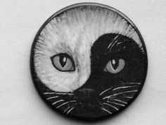 Not the usual Yin/Yang cat tattoo. Ying Y Yang, Gatos Cat, Cat Tattoo, Tattoo Mom, Cat Drawing, Stone Painting, Crazy Cats, Rock Art, Cat Art