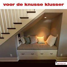 Knus hoekje onder de trap.