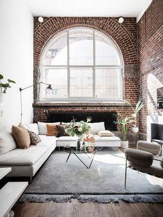 Woonkamer met hoog plafond en stenen muur. #woonkamer #inspiratie #steen Bron: onbekend