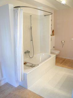 Bad - die Wanne zum Baden und Duschen - die Sicht zum Tür hin von Arcimboldo