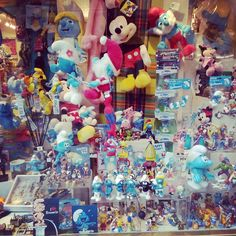 Paseando por #Bruselas y viendo #pitufos en escaparates... #smurfs #disney #Mickey #Brussels #softtoys #toys #juguetes #pelucheando