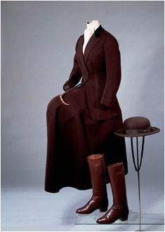Woman's riding habit, This riding habit, meant for a side saddle, was made for Queen Maud of Norway by the UK company John Busvine & Co. It consists of a tailored wool jacket with velvet. Equestrian Outfits, Equestrian Style, Historical Costume, Historical Clothing, Horse Riding, Riding Boots, Vintage Outfits, Vintage Fashion, Vintage Hats