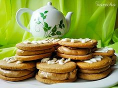 Kávové sušenky s kávovým krémem - recept | Varecha.sk Tea Pots, Candy, Cookies, Tableware, Finger Food, Crack Crackers, Dinnerware, Sweets, Biscuits