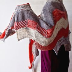 . . 3.11 Pray for Japan 🕊🇯🇵🕊 . . 今日はまず、東日本大震災から6年目にあたる日です。 亡くなられた方々へ心からご冥福をお祈り申し上げます。 . . . 完成画像を撮り終えたままだった #westknits #buildingblockskal のショール、遅くなりましたがupします😊 . 斬新で今までの作品とはまた違うテイストのミステリーショールでした✨ . やっぱりStephen Westは面白い❣ 今後もぜひ編んでいきたい😆✨ . . . #knit #knitting #knitstagram #knittersofinstagram #ravelry #madelinetosh