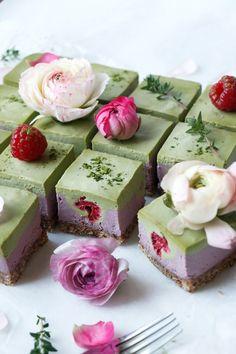 Raspberry Matcha Cheesecake (raw, vegan & grain-free) – Nirvana Cakery – Famous Last Words Desserts Crus, Raw Desserts, Dessert Recipes, Raw Recipes, Patisserie Vegan, Bon Dessert, Raw Cake, Raw Vegan Cake, Vegan Raw