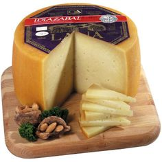 Idiazabal is a pressed cheese made from unpasteurized sheep milk, usually from Latxa and Carranzana sheep in the Basque Country and Navarre, Spain. It has a somewhat smokey flavor, but is usually un-smoked. Spanish Cheese, Spanish Food, How To Make Cheese, Dried Fruit, Chorizo, Charcuterie, Queso, Gourmet Recipes, Spices
