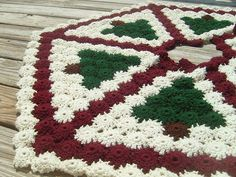 Free Crochet Patterns to Decorate Your Home for the Holidays including stocking, ornaments, tree skirts, snowflakes and so many other free crochet patterns.