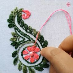 Hand Embroidery Flower Designs, Hand Embroidery Patterns Flowers, Hand Embroidery Videos, Embroidery Stitches Tutorial, Embroidery Flowers Pattern, Creative Embroidery, Simple Embroidery, Learn Embroidery, Ribbon Embroidery