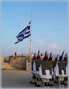 Η έπαρση της Σημαίας στον Ιερό Βράχο της Ακροπόλεως υπό αγήματος της Προεδρικής Φρουράς.