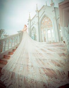 婚紗是女人一生中最美麗的禮服,無論在款式和質感上,妳都值得擁有最優質獨特的選擇。第九大道英式手工婚紗是許多時尚新娘心中的夢想婚紗店,讓亞洲女孩在享受與歐美同步的流行趨勢時,也能找到適合東方女性身形比例的絕美禮服。自行開發的獨特色彩、非大眾款的耀眼設計、結合時尚與經典的創意思維,和不惜成本的高品質訂製款式,讓第九大道的每件禮服都宛如藝術品般精緻動人。透過以下專訪,跟我們一起來認識第九大道英式手工婚紗的魅力所在!   Praise Wed: 請與我們分享第九大道英式手工婚紗的品牌故事和成立理念! 第九大道英式手工婚紗: 「第九大道」的名字發想,是源自於紐約第五大道歐美時尚的流行-夢之街,因而創造了-第九大道英式手工婚紗工作室。我們獨家代理英國禮服品牌 St.Paul's,希望新娘穿的禮服可以是高貴性感,或是時尚與經典的結合,排除時下常見的大眾款婚紗,讓新娘們能夠享受到與歐美同時同步的新款質感婚紗禮服!   Praise Wed: 貴司提供什麼樣的服務及婚紗風格? 第九大道英式手工婚紗…