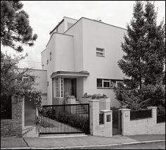 Functionalism Villa in Dejvice - Praha Residential Architecture, Art And Architecture, Modern Railing, Art Deco Buildings, Art Deco Home, Brutalist, Beautiful Architecture, Villa, Constructivism