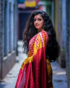 Exclusive stunning photos of beautiful Indian models and actresses in saree. Beautiful Long Hair, Beautiful Saree, Beauty Full Girl, Beauty Women, Kolkata, Long Indian Hair, Saree Photoshoot, Most Beautiful Indian Actress, Indian Beauty Saree