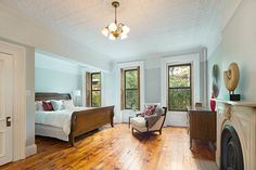 Welcome to the Brooklyn Townhouse Roundup, where we—you guessed it—take a look at the most notable Brooklyn townhouses to hit the market over the past week. Brownstone Interiors, New York Brownstone, Brooklyn Brownstone, Townhouse, Top Interior Designers, Luxury Interior, Brooklyn Heights, Grey Walls, Luxury Living