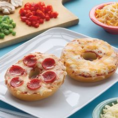These pizza bagels bring excitement to lunch time or snack time. Lunch Snacks, Easy Snacks, Yummy Snacks, Healthy Snacks, Snack Recipes, Cooking Recipes, Yummy Food, Tasty, Kid Snacks