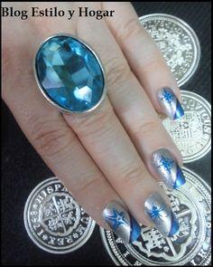 Uñas con nail art marinos combinados con gran anillo azul.  http://estilo-y-hogar.blogspot.com.es/2014/04/pasion-mediterranea-con-armadura-urbana.html