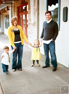 16. City #Street - 27 Fall Family #Photo Ideas You've Just Got to See ... → #Inspiration #Suitcase