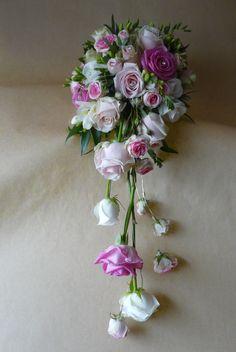 Druppel bruidsboeket met diverse rozen