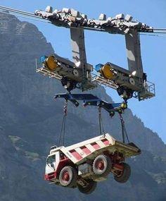 Llevando un camión volteo al sitio de la obra...y en qué forma. vía CE Discoveries