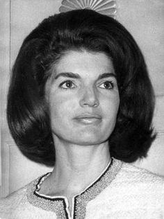 """Im langen Schatten der Kennedy-Legende: Sie trug den Namen von zwei der mächtigsten und reichsten Männer ihrer Zeit, blieb für die breite Öffentlichkeit dennoch immer """"Jackie"""" - Jacqueline Kennedy-Onassis (1929–1994) war selbst ein Idol. Mehr dazu hier: http://www.nachrichten.at/nachrichten/politik/aussenpolitik/Im-langen-Schatten-der-Kennedy-Legende;art391,1239550 (Bild: dpa)"""