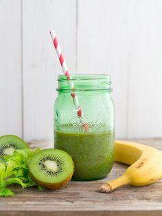 """Smoothies versorgen den Körper nicht nur mit wertvollen Nährstoffen, sondern schmecken dazu auch noch richtig lecker. Die Zubereitungsmöglichkeiten sind endlos, so dass garantiert für jeden Geschmack etwas dabei ist. Besonders beliebt sind derzeit """"grüne Smoothies"""", die aus 50% frischem Blattgrün, 50% reifem Obst und frischem Wasser bestehen. Hier eine Auswahl an Smoothie Rezepten für einen …"""