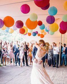 Vrolijke festival kleuren op dit bruiloftsfeest. Gekleurde lampionnen. #lampion #festival #happy #styling #lanterne #party #styling #events #trouwen #feest #decoratie #decoration #colourful #paperlanterns #wedding #weddingideas #weddinginspirations #bruiloftsversiering #huwelijksideeen trouwversiering, marriage Ideas, lampionnen, lampions, mariage