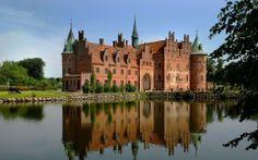 Castillo de Egeskov  localizado en el sur de la isla de Fionia, en Dinamarca. Es el castillo de estilo renacentista mejor conservado de Europa, por lo que se refiere a castillos que se encuentren rodeados de agua. Aunque la historia de Egeskov se remonta al siglo XV, la estructura del castillo actual fue erigida por Frands Brockenhuus en 1554