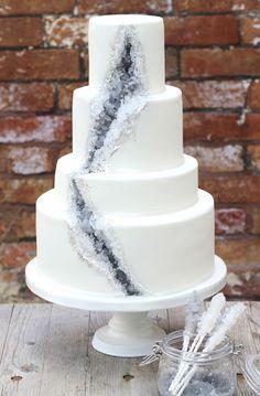 Una mujer hizo un pastel de bodas con un cuarzo adentro y ahora se volvió tendencia