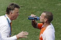 Holanda se entrena sin Sneijder ni Fer. La selección de Holanda retomó los entrenamientos en el campo del Flamengo, sin su centrocampista Wesley Sneijder, con molestias físicas que se produjo tras el partido ante México, de octavos de final de Brasil 2014, disputado en Fortaleza.