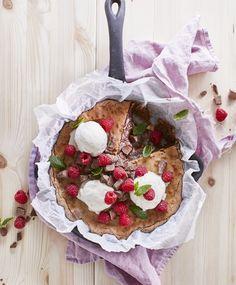Pätkis-mutakakku – taivaalliselta maistuva suklaakakku puolessa tunnissa | Maku Camembert Cheese, Sweet Tooth, Food And Drink, Sweets, Baking, Desserts, Koti, Pie, Recipes