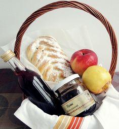 Dupa cum am mai scris si-n alte postari, m-am indragostit de aluatul de la placinta cu mere si-l prepar de cate ori am ocazia. M-am bucurat de curand de doua borcanase cu fructe coapte si aromate...