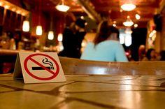 """Los casinos en Las Vegas están abriendo salas de póker """"libre de humo"""", y mantienen la prohibición de fumar dentro de las áreas en las que se les permite la entrada a los menores."""