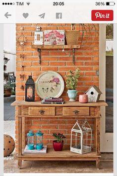 Gosto da idéia de um aparador na varanda para organizar vasos e objetos