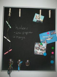 Magneet-krijtbord Het frame is van een foto lijst. De houten plaat is geschuurd, beschilderd met 1 laag grondverf, 3 lagen magneetverf en daarna 2 lagen krijtbord verf. Bovenaan zitten 4 wasknijpers geplakt om kaartjes of foto's neer te hangen. Onderaan hangen 3 vogeltjes met magneetjes om sleutels aan te hangen. In de snaveltjes kunnen brieven vastgeklemd worden.