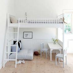quasta camera ha un divanetto sotto la scala affianco un tavolino e sopra il letto. molto belle ma rifare il letto è un po' difficile. cmq favolosa!cool!