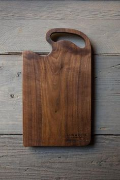 description specs Handcrafted black walnut wood cutting board with a handle. Black Walnut x Cheese Cutting Board, Diy Cutting Board, Wood Cutting Boards, Wood Chopping Board, Small Wood Projects, Walnut Wood, Wood Art, Wood Crafts, Woodworking