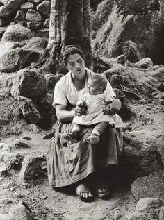 Donna con bimba nei boschi di Barbagia