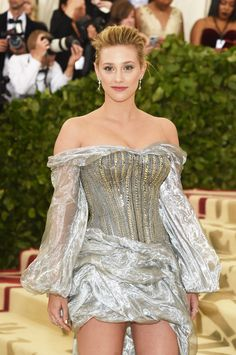 ​​It's a big night for the ​Riverdale​ fandom: stars Lili Reinhart and Cole Sprouse just made their red carpet debut as a couple at the 2018 Met Gala. Celebrity Red Carpet, Celebrity Dresses, Gala Dresses, Nice Dresses, Betty Cooper Riverdale, Riverdale Betty, Riverdale Archie, Riverdale Funny, Riverdale Memes