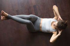 お腹を引き締めたいからと、いきなり難しいトレーニングを行うのは危険。疲れるだけであまり効かない可能性もありますよ。まずは基本のクランチから始めていきましょう。正しいやり方を解説していきます。