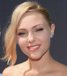 A tangerine lip (as AnnaSophia Robb shows us here!) is a refreshing change from your typical red! Peachy Makeup Look, Coral Makeup, Makeup Looks, My Beauty, Beauty Hacks, Hair Beauty, Female Celebrities, Celebs, Cosmetic Shop