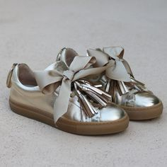 THE SO GOLDEN SNEAKERS – alamedaturquesa Golden Sneakers, Lace Sneakers, Sneakers Women, Minion Shoes, Honeymoon Attire, Top Casual, Shoe Makeover, Shoe Boots, Shoes Heels