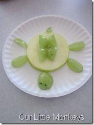 turtle snack (grapes & canned pineapple slice - easy! Preschool Cooking, Preschool Snacks, Cooking With Kids, Preschool Music, Kid Snacks, Preschool Lessons, Turtle Day, Creative Snacks, Pond Life