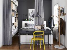 Optimiser l'espace, encore: Un bureau au pied du lit et séparateur.