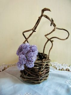 アケビの蔓を使用して編んだ野性味あふれるカゴです。生花やドライフラワーを飾ると素敵です。中に敷紙やセロファンなどを入れ、土を入れて花を植え込むことも可能ですが...|ハンドメイド、手作り、手仕事品の通販・販売・購入ならCreema。