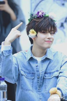 "18/01/28 Seungmin : ""liat, flower crown gue bagus kan? Ya iyalah. Yang make juga ganteng"""