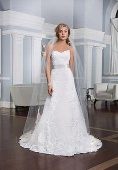 Klassisches schmal geschnittenes Hochzeitskleid im A-Linien-Stil aus Organza, mit Herzausschnitt und Details aus Alencon Spitze Organza - von Lillian West