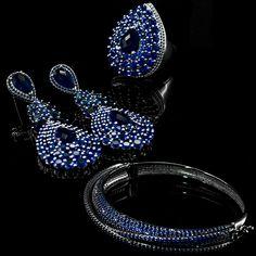Conjunto Novara - Banhado à ouro branco com cravações em zircônias azuis com finalização em pedras naturais também azuis.