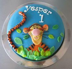 Tigger ---love the flatness of the design. Birthday Desserts, Birthday Cake Girls, Kid Cupcakes, Cupcake Cakes, Pretty Cakes, Cute Cakes, Tiger Cake, Winnie The Pooh Cake, Safari Cakes